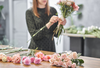 Stores à enrouleur Fleuriste Woman florist creating beautiful bouquet in flower shop. Work in flower shop. Flowers delivery.