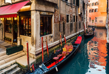 Foto op Aluminium Gondolas Narrow canal with gondola in Venice, Italy. Architecture and landmark of Venice. Cozy cityscape of Venice.