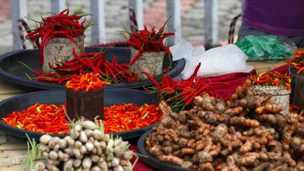 Frische knallrote chilischoten und gewürze auf einem Markt in Asien