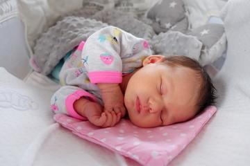 Fototapeta Śpiący noworodek w pierwszych dniach życia obraz