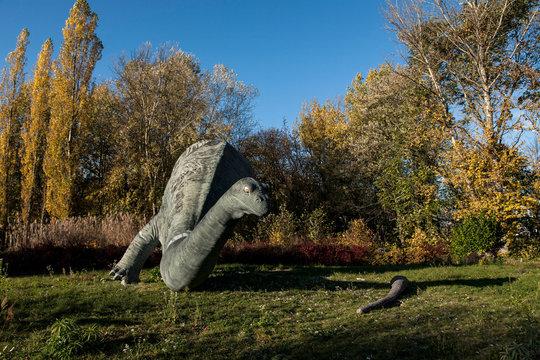 kaputter Dinosaurier in natur grün