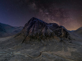 Tuinposter Aubergine Buachaille Etive Mor mountain with milkyway, glencoe, highlands, scotland, uk.