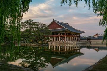 Papiers peints Japon The beautiful scenery of Gyeonghoeru, located in Gyeongbokgung Palace, Seoul, Korea