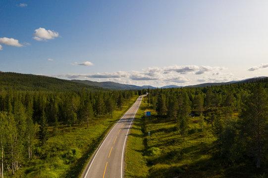 Straße durch den Wald aus der Luft in Nordnorwegen; Drohne, Norwegen