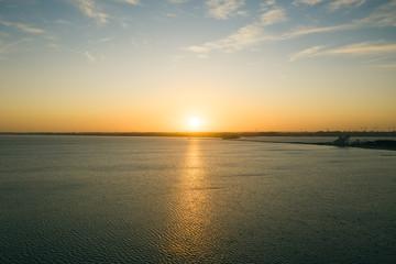 Sonnenuntergang über dem Meer aus der Luft