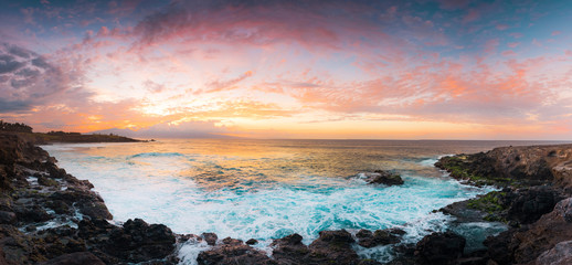 Printed kitchen splashbacks Eggplant Beautiful Panorama Tropical Island Paradise Aerial Photo from Cliff of Clear Aqua Blue Ocean Water with Sun Rays Coming Though Clouds of Colorful Pastel Sunset Sky at Dusk on Maui Hawaii