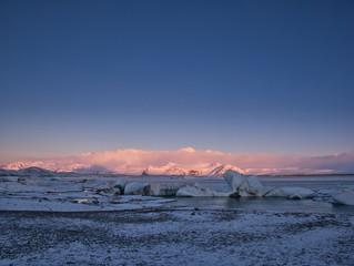 Blick auf eine Gletscherlagune bei Sonnenaufgang