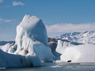 Ein großer Eisberg treibt in der Gletscherlagune