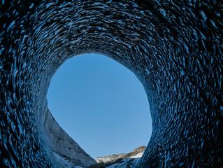 Blick aus der Gletscherhöhle auf den blauen Himmel