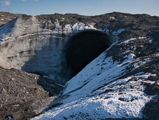 Loch in der Eisschicht des Jökulsarlon Gletschers