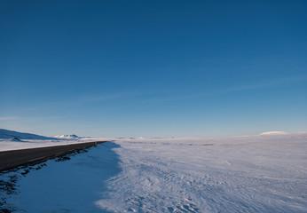Straße in der verschneiten Landschaft von Island