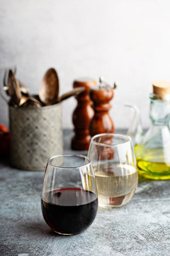 Red and white wine in stemless glasses