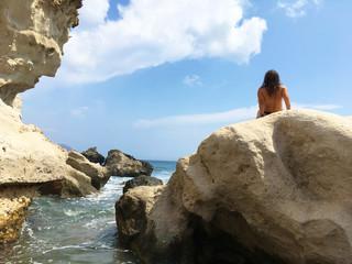 Papier Peint -   mujer tomando el sol sobre las rocas playa almería IMG_E9717-as20
