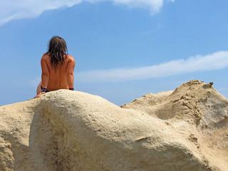 Papier Peint -  mujer tomando el sol sobre las rocas playa almería IMG_E9721-as20