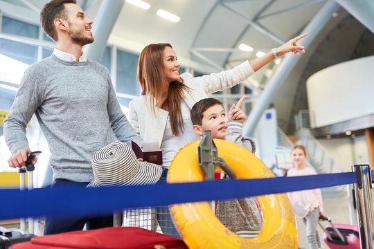 Glückliche Familie im Flughafen freut sich