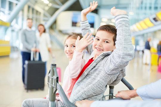 Geschwister freuen sich auf den Flug in die Ferien