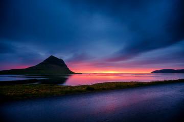 壁紙(ウォールミューラル) - Great sunset over the Atlantic ocean. Location place Kirkjufell volcano the coast of Snaefellsnes peninsula, Iceland, Europe.