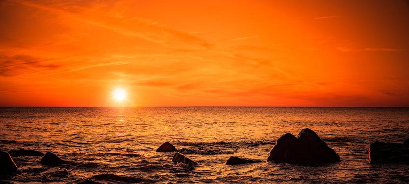 Stimmungsvoller Roter Sonnenuntergang am Meer