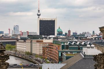 Blick von oben auf den Fernsehturm, die Spree und den Dom zu Berlin
