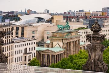 Blick vom Reichstag auf das Brandenburger Tor und die Stadt Berlin