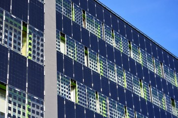The walls of the building are tiled with solar panels. Fotoväggar