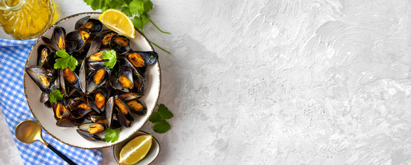 Delicious and healthy steamed mussels on white background Fototapete