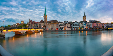Photo sur Toile Ponts Panoramic view of famous Fraumunster church, Munsterbrucke bridge and river Limmat at sunset, Old Town of Zurich, the largest city in Switzerland