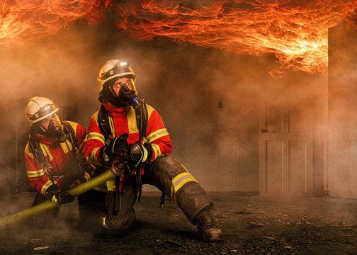 Angriffstrupp unter Atemschutz in einem Flashover
