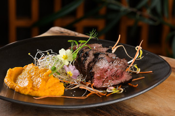 Haute cuisine/Asian fusion, roasted beef fillet with purree Fotobehang