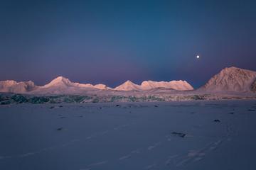Na lodowcu o zachodzie słońca, poludniowy Spitsbergen