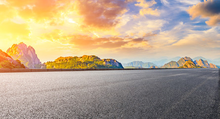 Autocollant pour porte Jaune Empty asphalt road and green mountain with colorful clouds at sunrise,panoramic view.