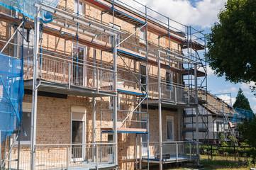 Baugerüst an einem Mehrfamilienhaus