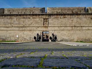 Entrée du fort Michelangelo, forteresse médiévale touristique à Civitavecchia, Italie