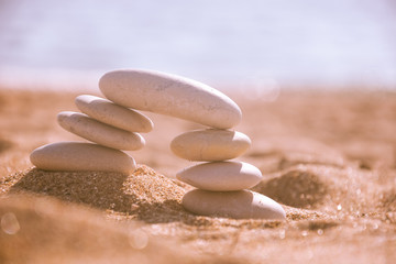 Stores à enrouleur Zen pierres a sable Balanced stone pyramid on sand on beach. Zen rock, concept of balance and harmony