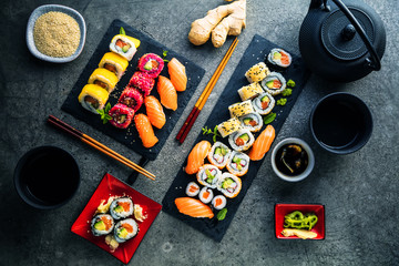 Photo sur Plexiglas Sushi bar apanese sushi food. Maki ands rolls with tuna, salmon, shrimp, crab and avocado. Top view of assorted sushi. Rainbow sushi roll, uramaki, hosomaki and nigiri