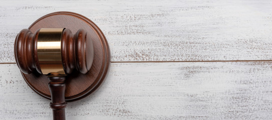 Gavel and pedestal on a white wood background with copy space Fotomurales