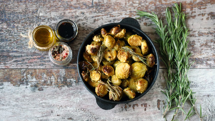 Photo sur cadre textile Bruxelles Baked Brussels sprouts with rosemary and spices. Frying pan with baked brussels sprouts.