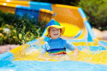 Foto op Aluminium Amusementspark Kids on water slide in aqua park. Summer vacation