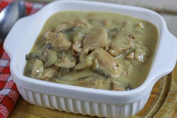 Wall Mural - poulet cuisiné aux champignons et à la crème fraîche