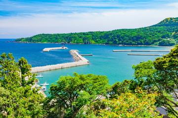 Stores à enrouleur Piscine 禄剛崎から眺める漁港の風景、石川県珠洲市にて