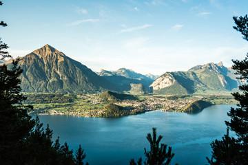 Spiez mit Bucht und schweizer Alpen, Niesen, Berner Oberland und Thunersee, Bern, Schweiz