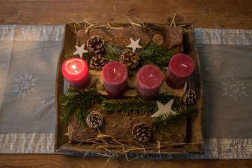 Adventskerzen auf dem Tisch dekoriert