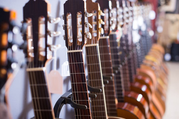 Photo sur Toile Magasin de musique row of new acoustic guitars in music shop