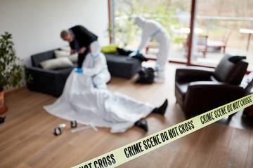 Polizei nach Mord am Tatort bei Spurensicherung