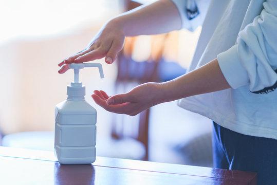 消毒 アルコール アルコール消毒 ウィルス インフルエンザ コロナ 対策 予防 冬 人物 日本 手