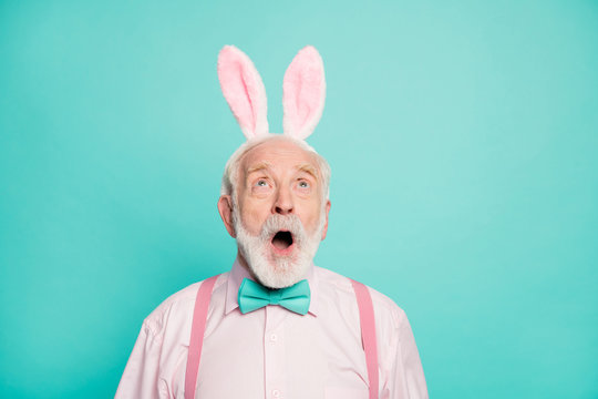 Close up photo astonished old man gentleman easter party event look up copyspace impressed incredible festive traditional sales scream wear pink bunny headband isolated turquoise color background