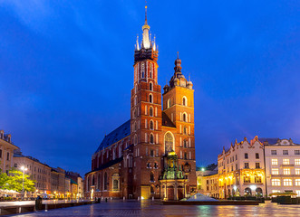 Autocollant pour porte Cracovie Krakow. St. Mary's Church and market square at dawn.