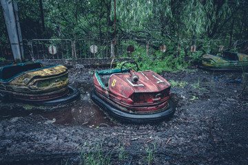 Poster Attraction parc Broken metal radioactive cars in amusement park in the city of Pripyat, the Chernobyl disaster