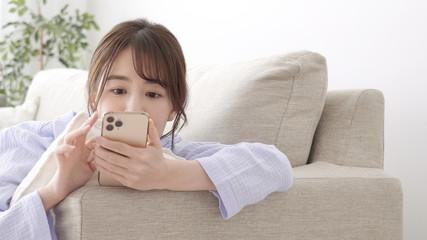 女性 パジャマ スマートフォン