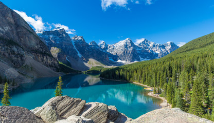 Moraine Lake in Banff National Park in the Canadian Rockies near Lake Louise, Alberta, Canada Fotobehang
